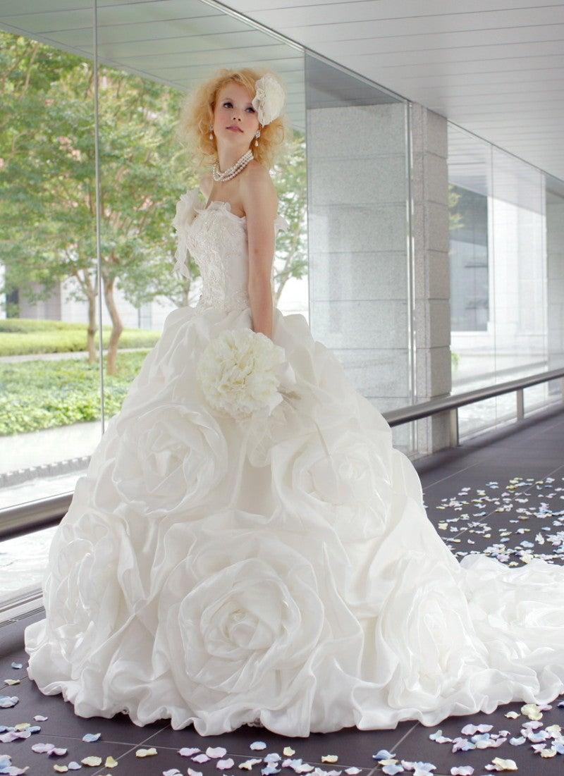 ローズモチーフのウエディングドレスが可愛い!薔薇