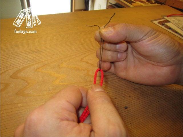 $-10穴に通すため糸でガイド