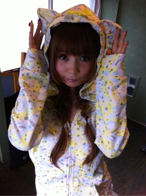 猫耳フードのついたパーカーを着る中川翔子