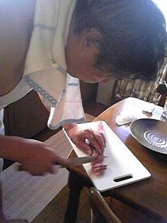 陽三とうさんの定年退職後ライフ。-ハマチの刺身ブロックを切っています。