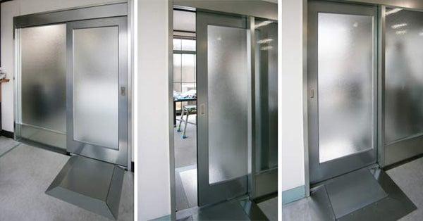 新宿御苑前 403新宿ギャラリースタッフ日記-電気の要らない自動ドア。アルミタイプ