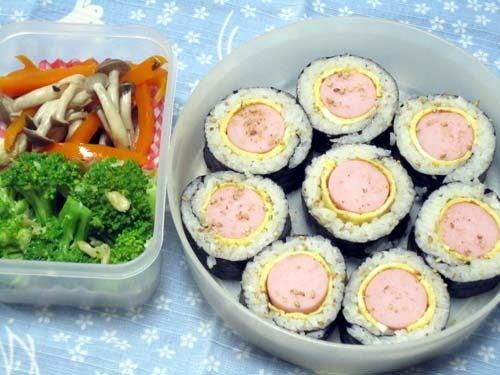 韓国料理研究家・ほんだともみのコリアンワールド-卵と魚肉ソーセージのキムパプ