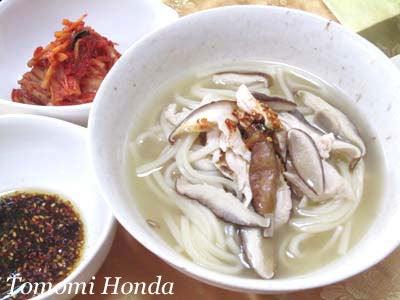 韓国料理研究家・ほんだともみのコリアンワールド-鶏ささみとしいたけのカルグクス
