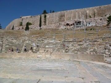 アクロポリスを見上げる