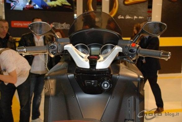 $ビッグスクーターのある生活-SRV850ハンドルまわり