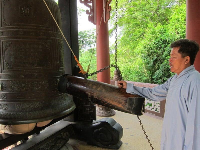 東南アジア - 旅ブログ-隆山寺の鐘つき