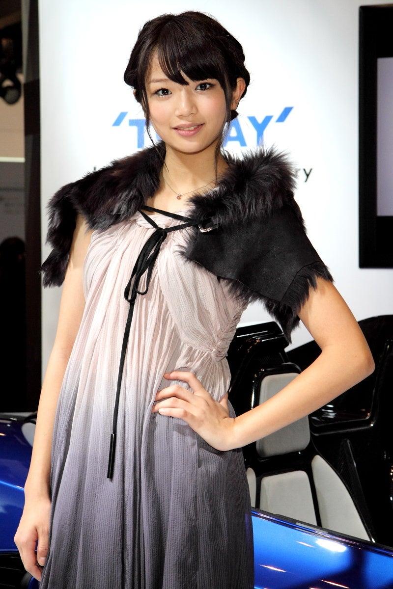 ドレスに黒いファーを合わせたファッションの北山詩織