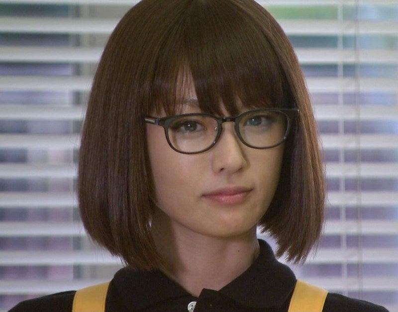 キリッとした表情の深田恭子