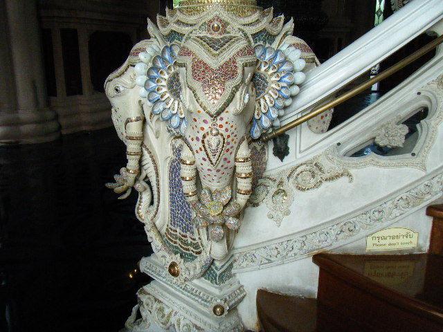 マイペンライになったOLさん☆-エラワン博物館・象さんの耳がレンゲ