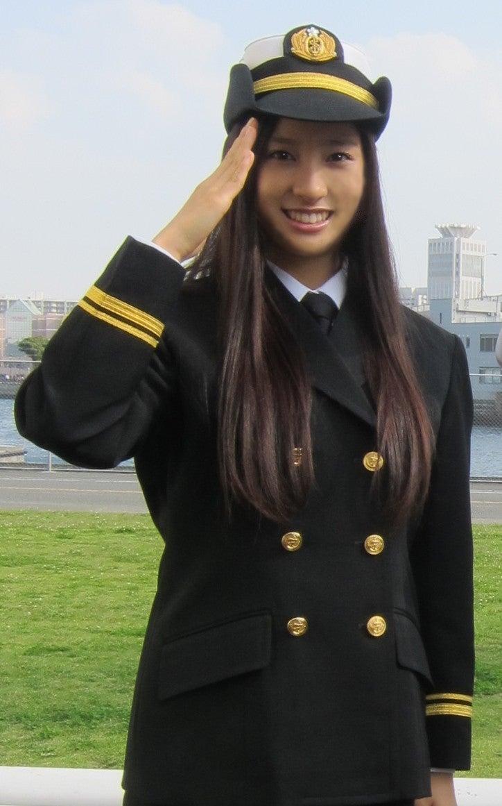 格好良く制服を着こなし敬礼をする土屋太鳳