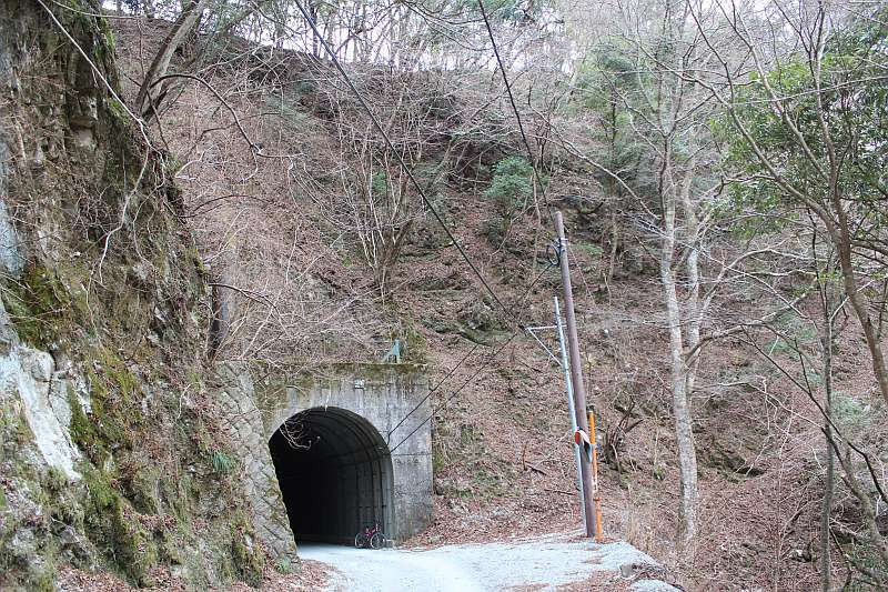 道にあるちょっと古いもの-境隧道