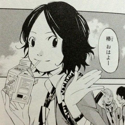 オレンジジュースを飲みながら登校する元気な澤部椿