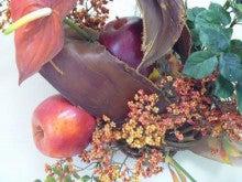 造花のフラワーアレンジメント-造花「リンゴとベリーの壁掛け」接写