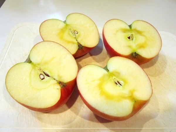 おもいでのヤンゴ-半分にカットしたりんご