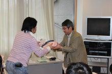 新宿ではたらくサイコロ社長(セミナー企画・アロマサロン経営・ITエンジニアリング)-景品お渡し③