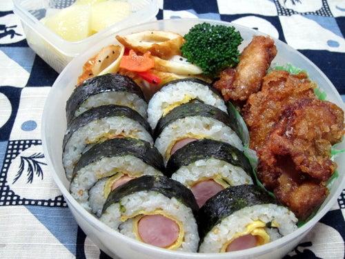 韓国料理研究家・ほんだともみのコリアンワールド-ウィンナーと薄焼き卵のキンパ