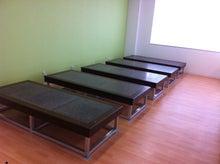 社員食堂にずらりと並んだ岩盤浴ベッド
