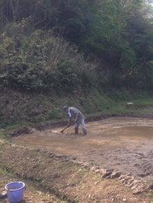農に学ぶ。-水路作り。クワ使いが見事です。