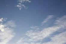 屋根に寝転んで空を見る-20120516_01