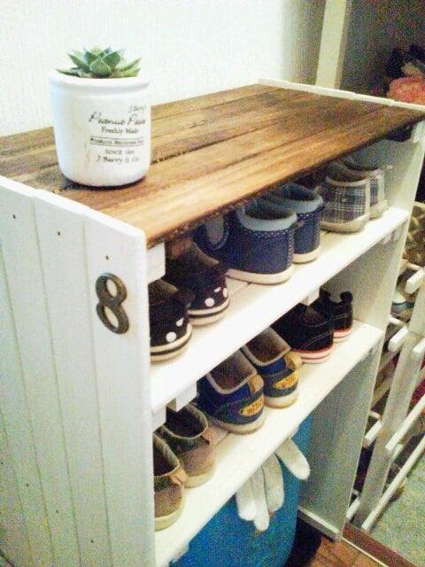すのこを一つ一つバラして、塗装してから再び繋げて作った靴箱。 増えていく子供靴を置くのにピッタリですね。 高さは子供でも届きやすいように低めに設定。