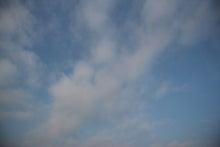 屋根に寝転んで空を見る-20120529_01