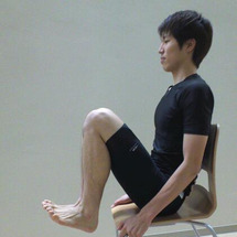 椅子に座って、脚、お…