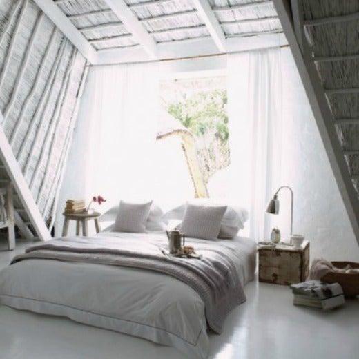 お洒落な海外のシャビーシックなベッドルーム