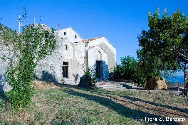 【彼女の恋した南イタリア】 - diario  イタリアリゾート最新情報    -プライアーノの修道院 海と