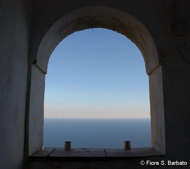 【彼女の恋した南イタリア】 - diario  イタリアリゾート最新情報    -プライアーノの修道院 海の眺め