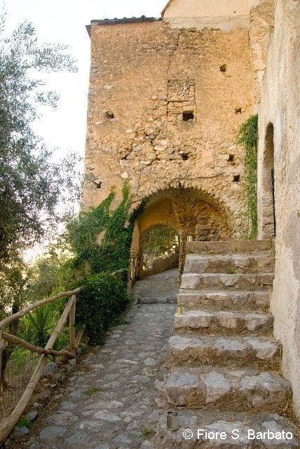 【彼女の恋した南イタリア】 - diario  イタリアリゾート最新情報    -プライアーノの修道院 入口外観