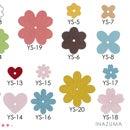 レザーモチーフ花型(小)約17mm。1色5枚入。オフ白、赤、ベージュ、オーク、カラシ、シルバー、黒、ライトグリーン、ピンク、サックス、渋金、うすピンク、茶、焦茶