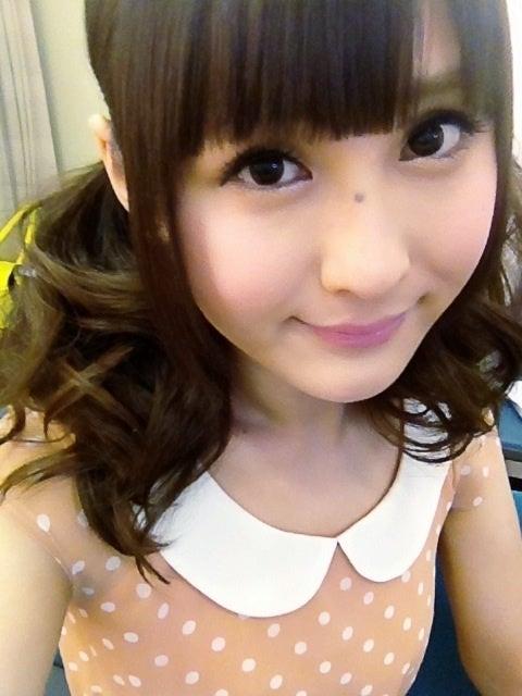 水玉模様のワンピースに髪の毛を二つにまとめて見つめる椿姫彩菜