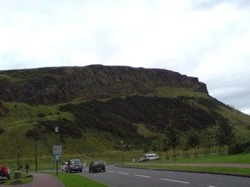 宮殿から丘を望む