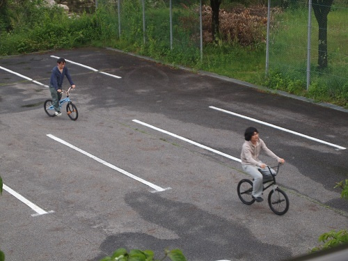 上松技術専門校 木工ブログ2012-仲良くbmxに乗る二人
