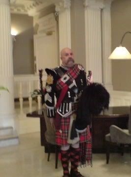 ホテルロビーで目撃した閣下どん