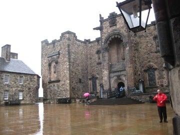 雨のエジンバラ城