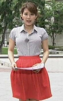 赤のスカートを穿く美馬怜子