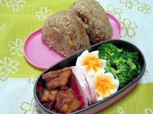 韓国料理研究家・ほんだともみのコリアンワールド-にんじんと昆布の炊き込みご飯おにぎり