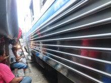 タイ旅行2012メークローン市場で電車ギリギリ