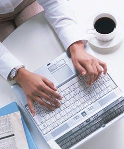 美しく生きるはイバラの道~好きなことで新起業!ブログと託児ルームでママ支援!-パソコンを操作する人 画像