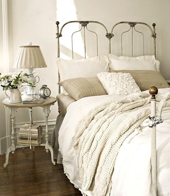 真っ白なベッドリネンが美しい ...