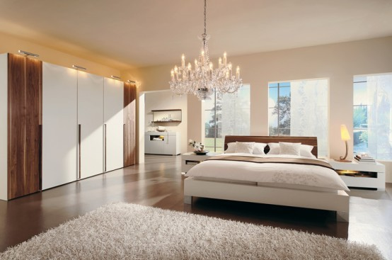 真っ白なベッドリネンが美しい海外のベッドルーム