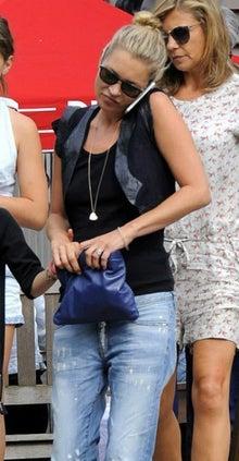 海外セレブ最新画像・私服ファッション・着用ブランドまとめてチェック DailyCelebrityDiary*8/11 ケイト・モスと娘のライラちゃん ショートベスト×ダメージジーンズ×フラットサンダル★コメント
