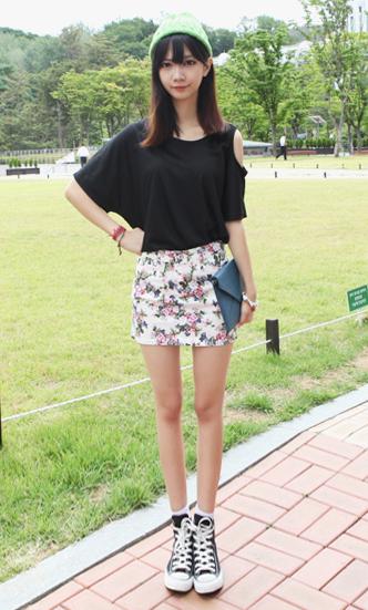 スニーカー×タイトスカートファッション
