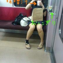 電車でランチ中の女子…