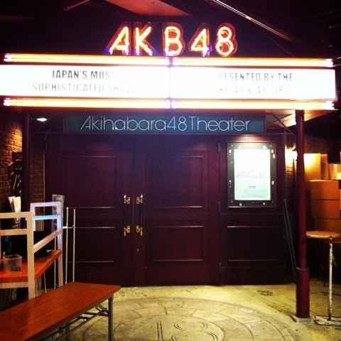女性も多い!秋葉原のAKB劇場 ...