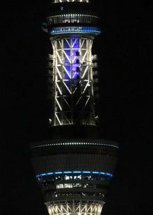 青く光るエレベーター