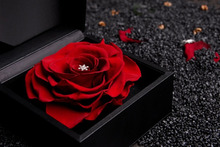 $プロポーズのプレゼント 指輪以外で最高に華やかなシーンを演出します。