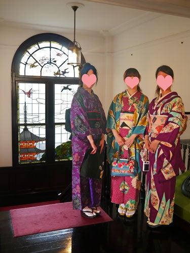 東京で着物ライフを楽しむ会 ~東京きものライフ~-鳩山会館のステンドグラスをバックに