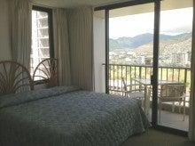 ハワイ不動産で24年の経歴を持つシンデイがお贈りする不動産ホットニュースとハワイの魅力-角部屋の窓で開放感のあるベッドルーム。